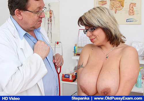 Mamma in addition to big breasts gets her body examined by the gynecologist