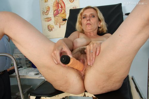 Mature woman pussy up for show